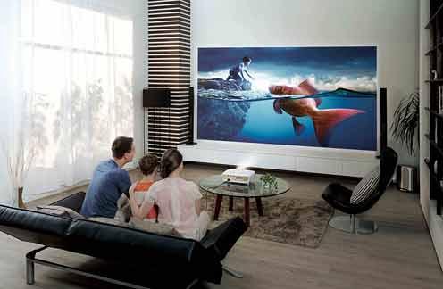 С помощью цифрового видеопроектора слайд-шоу из фотографий, как и во времена фотопленки можно смотреть и на большом экране
